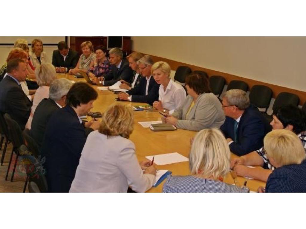 Pauž atbalstu Veselības ministrijas virzītajam nozares finansēšanas modelim