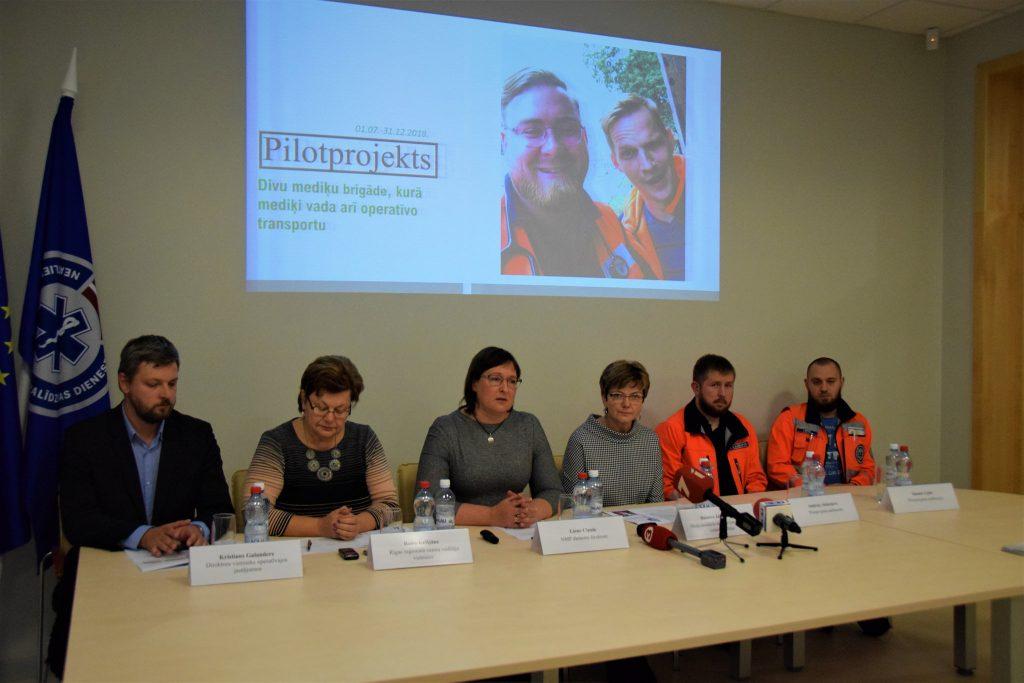 Pilotprojekta rezultāti apliecina – jaunā iniciatīva par brigādēm, kurās mediķi vada arī operatīvo transportu, attaisnojas